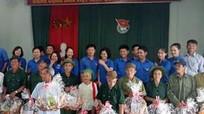 Đoàn Khối các cơ quan tỉnh tặng quà gia đình chính sách tại Tân Kỳ