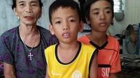 Xót xa số phận hai đứa trẻ bị bố mẹ bỏ rơi trong căn nhà bị bão cuốn.