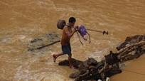 Người dân vùng cao sửa điện cù giữa dòng nước lũ