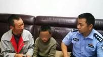 Bỏ nhà đi, bé 10 tuổi tự bắt rắn ăn ở Trung Quốc