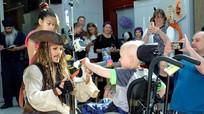 Johnny Depp hóa thân thành thuyền trưởng, thăm hỏi bệnh nhi