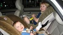 Cách đảm bảo an toàn nhất cho trẻ khi đi ô tô