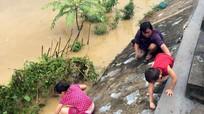 Nước sông dâng cao, người dân đổ xô đi bắt giun đất