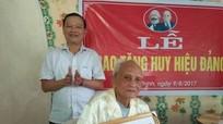Thanh Chương: Trao Huy hiệu 70 năm tuổi Đảng cho 7 đảng viên