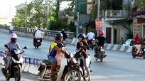 Bát nháo tình trạng giao thông tại chân cầu vượt Quán Bánh