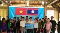Huyện Anh Sơn tặng quà cụm bản Phôn Mường - Mường Chăn (Lào)