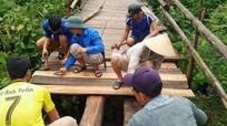 Thanh niên lội khe, chặt tre làm cầu giúp dân bản