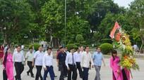 Cán bộ cấp cao Ủy ban Kiểm tra Trung ương Lào dâng hoa tại Khu di tích Kim Liên