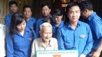 Đoàn Khối Doanh nghiệp Vĩnh Phúc tặng quà các gia đình chính sách tại Con Cuông
