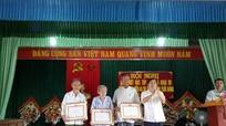 Tân Kỳ trao tặng huy hiệu Đảng cho 6 đảng viên lão thành
