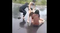 Nhóm nữ sinh đánh hội đồng bạn giữa trời mưa