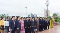 Đoàn đại biểu Nghệ An và Lào dâng hoa tại Quảng trường Hồ Chí Minh