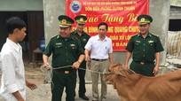 Đồn BP Quỳnh Thuận tặng quà các gia đình giáo dân khó khăn