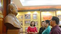 Đại biểu Lào thăm phòng trưng bày về Chủ tịch Cay-xỏn Phôm-vi-hản tại Nghệ An
