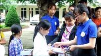 Trao tặng xe lăn cùng hơn 300 sách vở cho người khuyết tật, học sinh nghèo miền núi