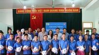 Liên quân Báo chí Nghệ An trao 300 quả bóng cho trẻ em vùng cao