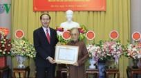 Chủ tịch nước trao huy hiệu 70 năm tuổi Đảng cho bà Nguyễn Thị Bình