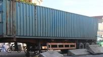 Xe container 'ủi bay' giải phân cách