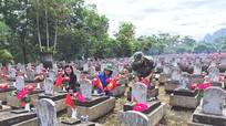 Gắn hoa, cắm cờ cho 11.500 ngôi mộ tại Nghĩa trang liệt sỹ Việt – Lào