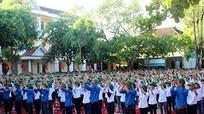 Độc đáo hình ảnh 1.256 học sinh 1 trường đội mũ cối trong lễ khai giảng