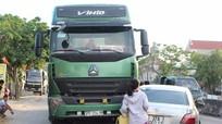 Nghệ An: Xe con đi ngược chiều, lao đầu vào xe tải