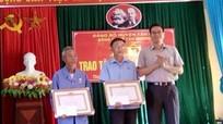 Tân Kỳ trao tặng Huy hiệu Đảng cho 13 đảng viên