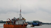 Nhiều tàu hàng khủng vào trú bão trong sông Lam
