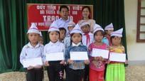 Quỹ 'Tấm lòng Việt' Đài Truyền hình Việt Nam tặng quà tại Kỳ Sơn