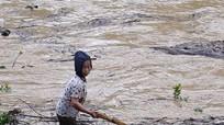 Thủy điện xả lũ sau bão dân bất chấp nguy hiểm ra sông vớt củi