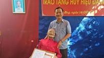 Thanh Chương trao tặng Huy hiệu 70 tuổi Đảng cho đảng viên lão thành