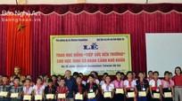 Trao 100 suất học bổng cho học sinh nghèo