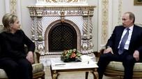 Clinton 'dị ứng' với dáng ngồi của Putin