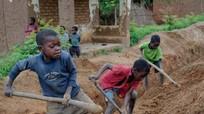 Những hình ảnh đáng thương trẻ em khắp thế giới mưu sinh