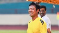 HLV Hữu Thắng xỏ giày thi đấu với Văn Quyến trên sân Vinh