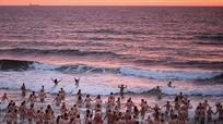 400 người tắm biển khỏa thân để quyên tiền từ thiện ở Anh