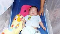 Con gái chủ tịch xã nhường việc nuôi cháu bé 2 tháng tuổi bị bỏ rơi