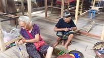 Nông dân Tương Dương được dạy nghề dệt thổ cẩm