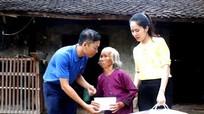 Tặng quà cho gia đình nghèo và trẻ em có hoàn cảnh đặc biệt khó khăn