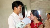 Cháu bé 2 tháng tuổi bị bỏ rơi đã chính thức có bố mẹ nuôi