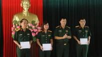 Ban Công đoàn Quốc phòng tặng quà đoàn viên bị thiệt hại do bão số 10