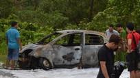 Xe 4 chỗ bất ngờ phát hỏa cháy rụi trên đường đi sửa