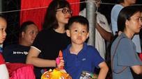 Con trai HLV Hữu Thắng vui đêm hội Trăng Rằm cùng các cầu thủ SLNA