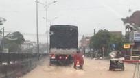 Mưa lớn, nước tràn quốc lộ 1A, thị xã Hoàng Mai ngập sâu