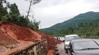 Mưa lớn gây sạt lở núi, đất đá tràn Quốc lộ 1A