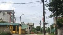 Dân lo sợ vì cột điện trơ lõi sắt nằm giữa ngã ba đường