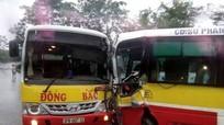 2 xe buýt Đông Bắc đâm nhau, tài xế mắc kẹt trong cabin