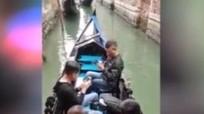 Bỏ cả trăm euro đi thuyền, du khách chỉ cắm mặt vào điện thoại