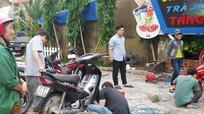 Thợ sửa xe máy kiếm tiền triệu sau mưa lũ