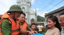 Công an Nghi Lộc trao hàng cứu trợ nhân dân vùng ngập lụt
