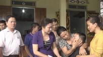 Thăm hỏi và trao tiền hỗ trợ cho gia đình bị nước lũ cuốn trôi